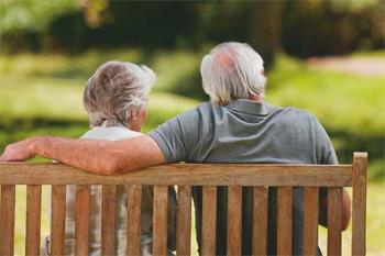 Predsodki so morda posledica podob iz preteklosti, ko so domovi dejansko bili le hiralnice. Morda gre tudi za nepoznavanje današnjega življenja v instituciji, kakršna je dom starejših, torej za odsotnost vsakršne izkušnje z današnjimi domovi. Odklonilno stališče lahko temelji le na dejstvu, da večina ljudi v dom pride za stalno.
