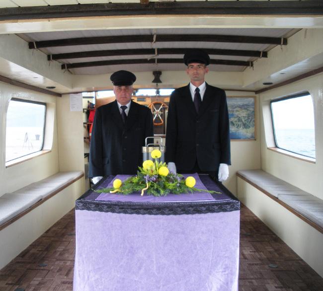 Raztros pepela pokojnika v morje postaja pri nas skupaj z naraščajočim številom upepelitev vse bolj priljubljen način pokopa.
