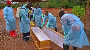 V Gvineji po nekaterih ocenah kar 60% primerov okužbe z ebolo izvira iz pogrebnih slovesnosti.