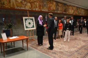 cerar_3Organizatorji spominskega programa so priskrbeli tudi 90 cvetov Srebrenice za vse poslance Državnega zbora.