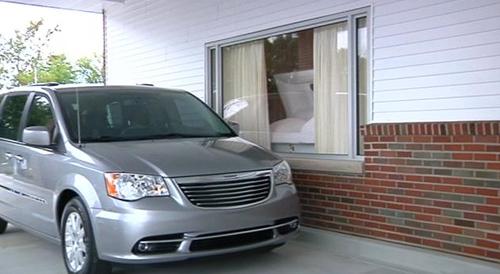 Drive-in pogreb: Zavese zastirajo pogled v vežico in na preminulega ter se avtomatsko odstrejo, ko se ob oknu zaustavi vozilo.